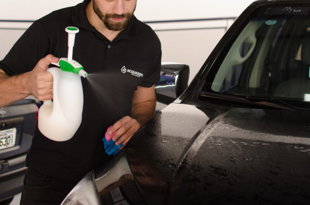profissional Acquazero fazendo a limpeza de um carro