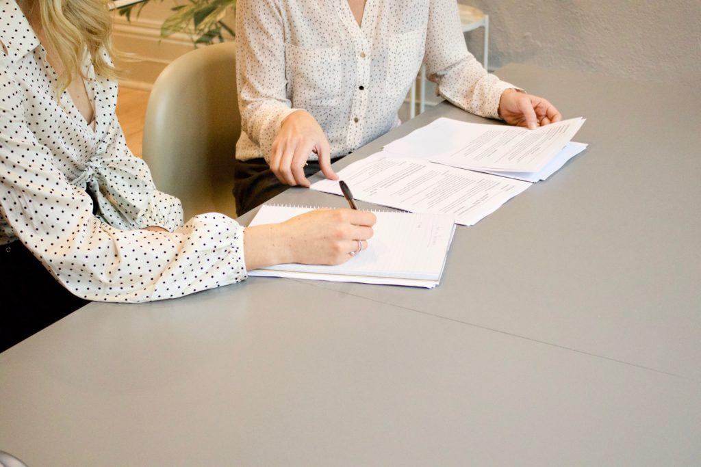 mulheres estudando documentos