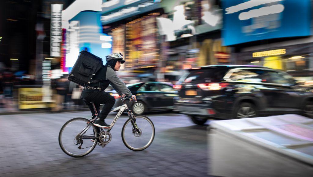 homem fazendo delivery cidade