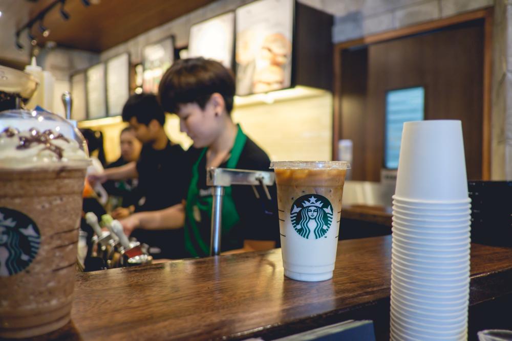 Pessoas trabalhando na franquia Starbucks. Imagem ilustrativa do texto franquia Starbucks.