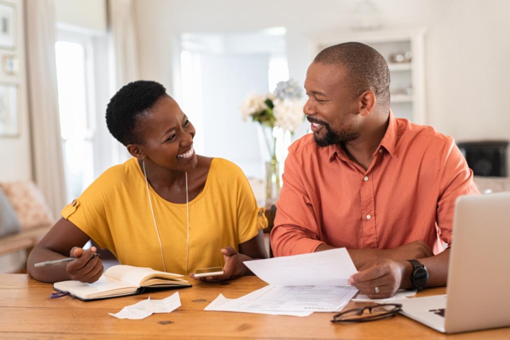 casal avaliando suas finanças fazendo contas ilustrativo passo franquias home based de sucesso