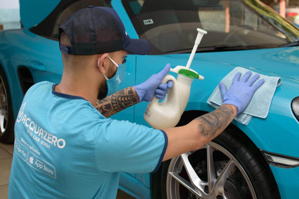 funcionário acquazero lavando carro mostrando que acquazero lava carro sujo