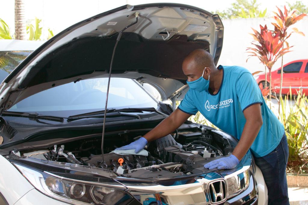 homem limpando motor do carro franquia acquazero