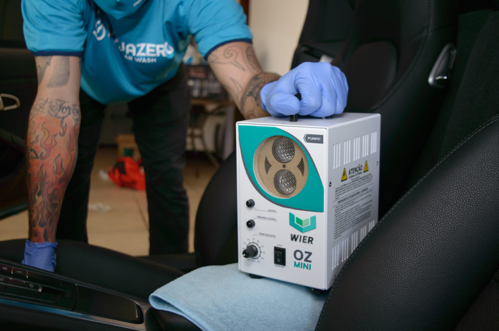 serviço de oxi-sanitização dentro do carro máquina