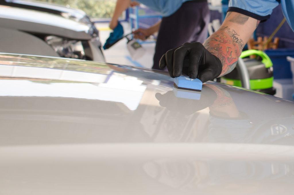 homem limpando o carro na franquia acquazero