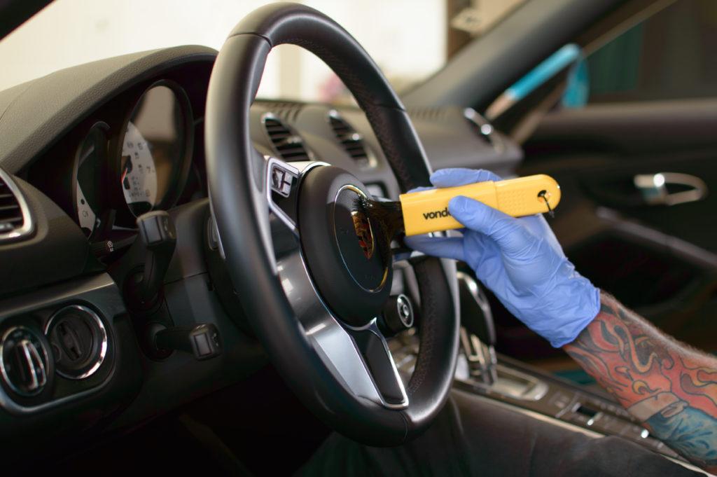 limpeza do painel do carro feita com pincel de detalhamento