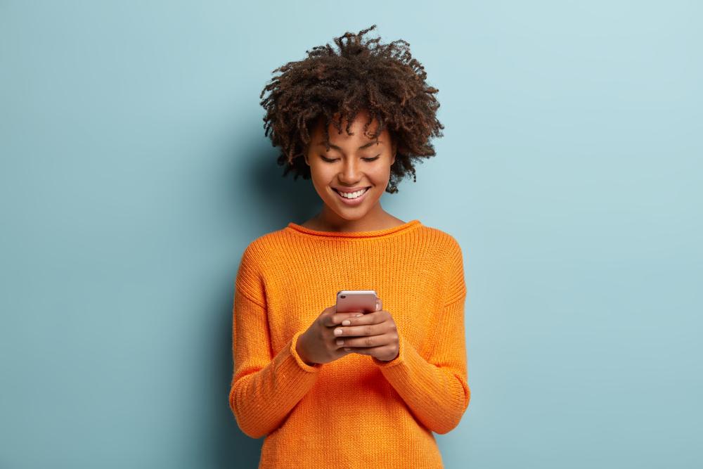 moça usando o celular