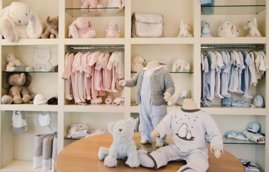 manequins com roupas de bebê imagem ilustrativa franquia de roupas