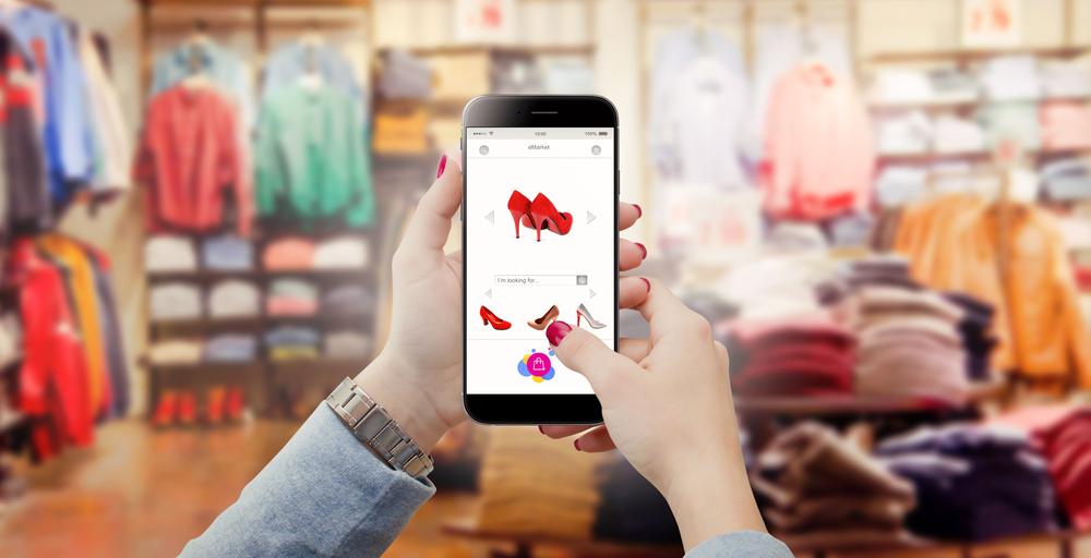 moça usando celular e fazendo compra de roupa online imagem ilustrativa franquia de roupas
