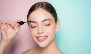 Franquias de beleza e estética baratas: mulher passando delineador