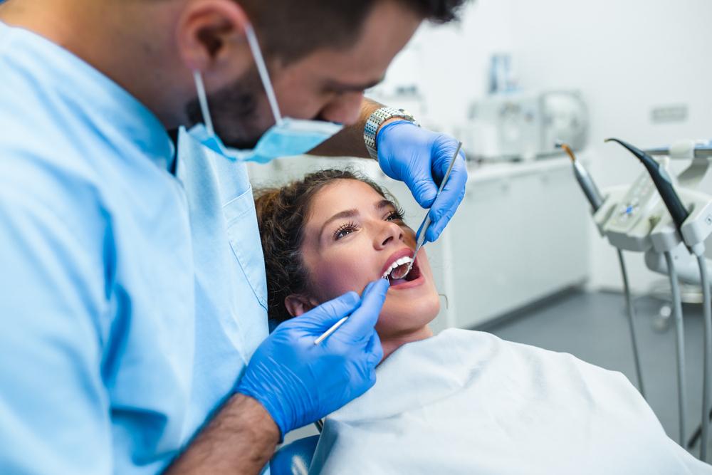 moça passando por consulta no dentista