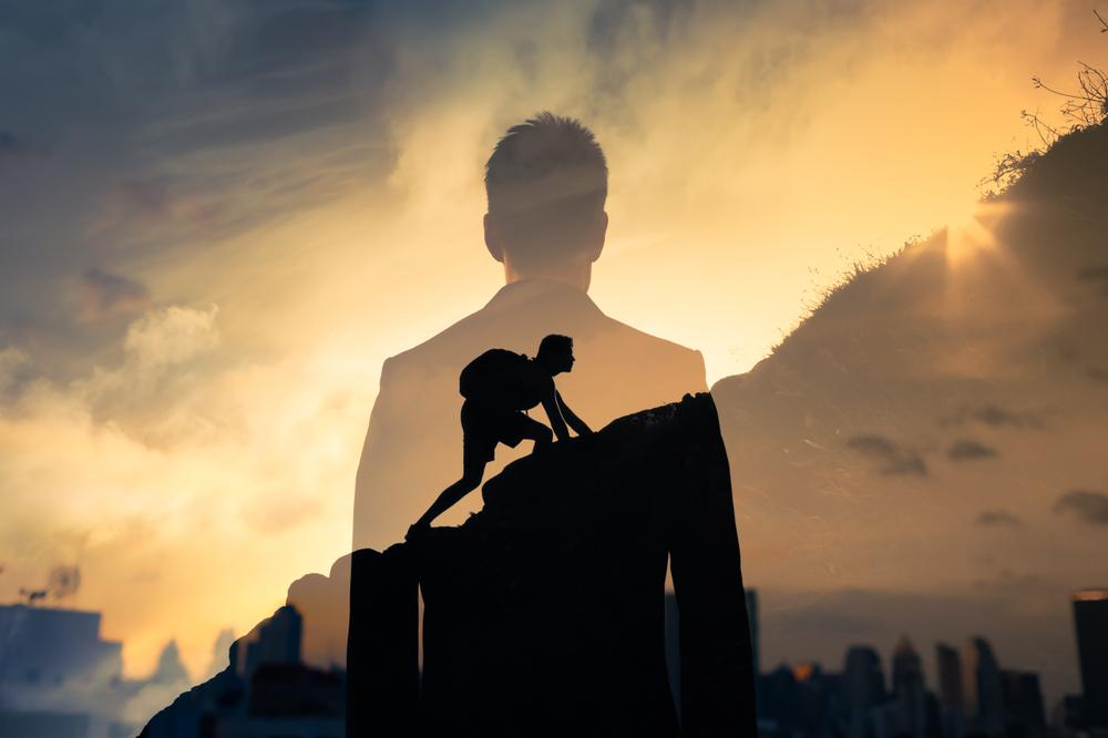 O que é necessário para abrir uma franquia: Imagem ilustrativa de um homem subindo uma montanha e um homem de terno