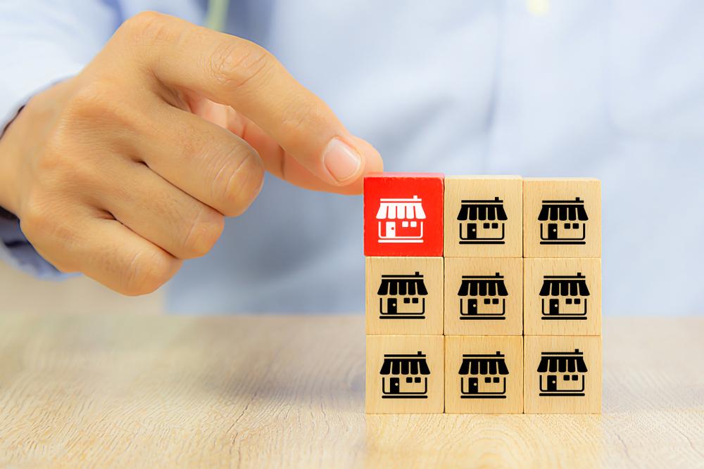 homem montando blocos de casinhas em alusão à trajetória do empreendedorismo