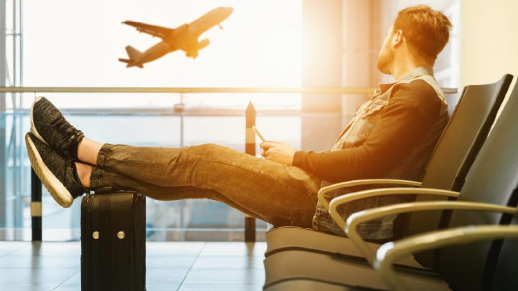 homem no aeroporto tendencias para empreender em franquias