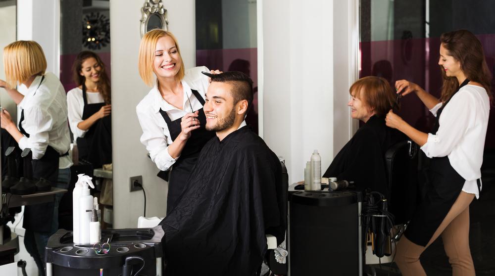 Homem e senhora cortando cabelo