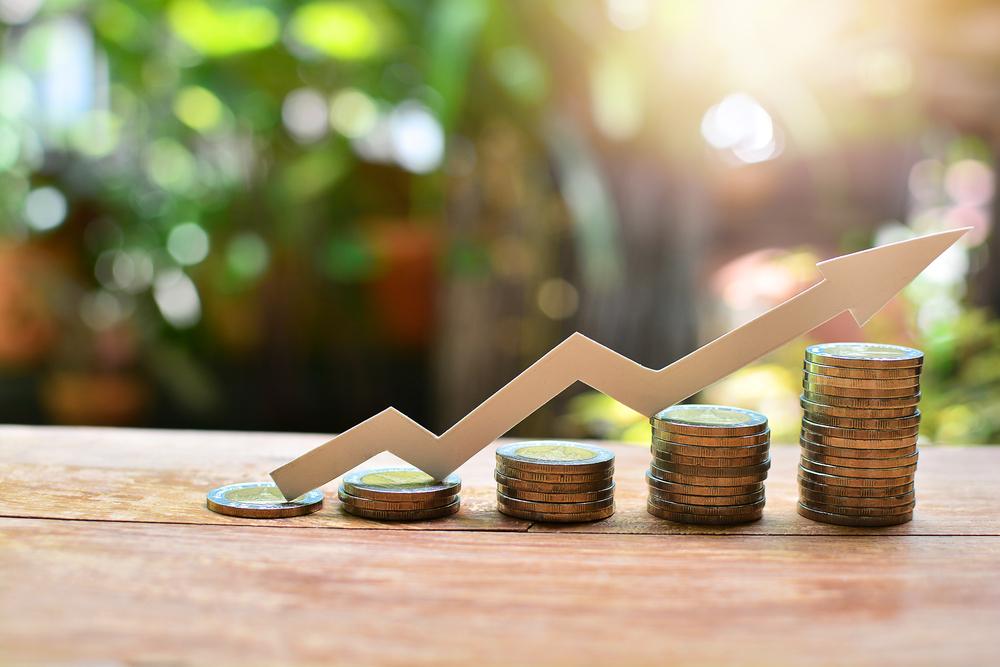 moedas formando escadinha mostrando evolução dos gastos