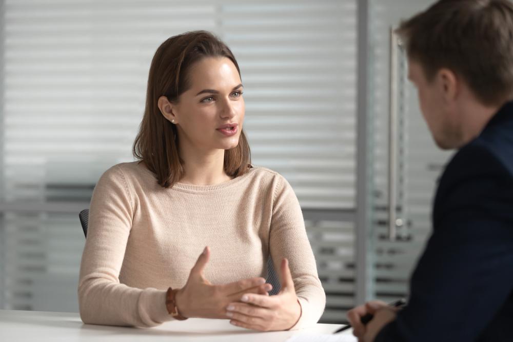 franquias de sobrancelhas: mulher conversando com homem sobre negócios
