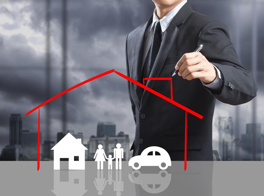 Uma casa desenhada protegendo residencia, carro e familia