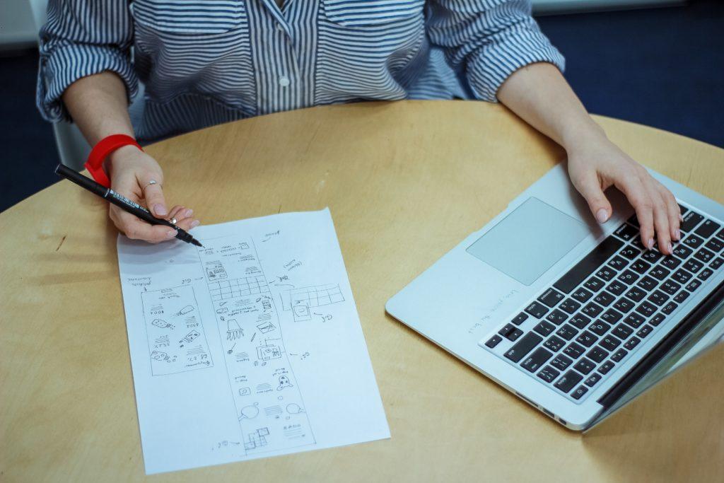 mulher fazendo análises computador franquia de empréstimos