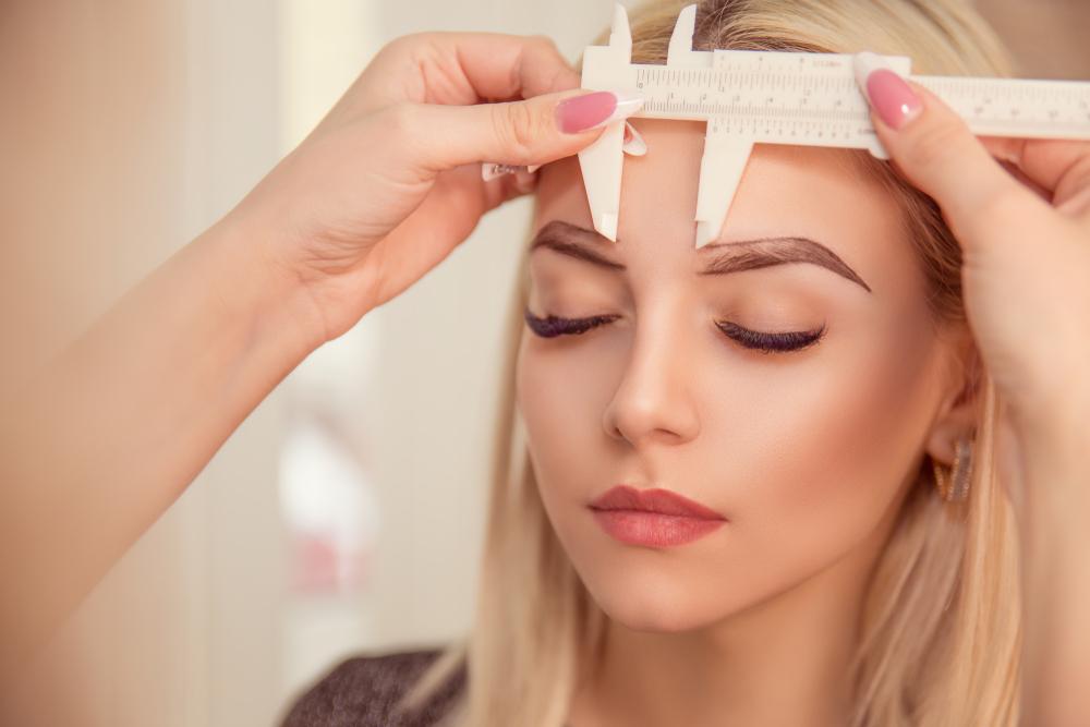 franquias de sobrancelhas: Mulher passando pelo processo de medição de sobrancelha