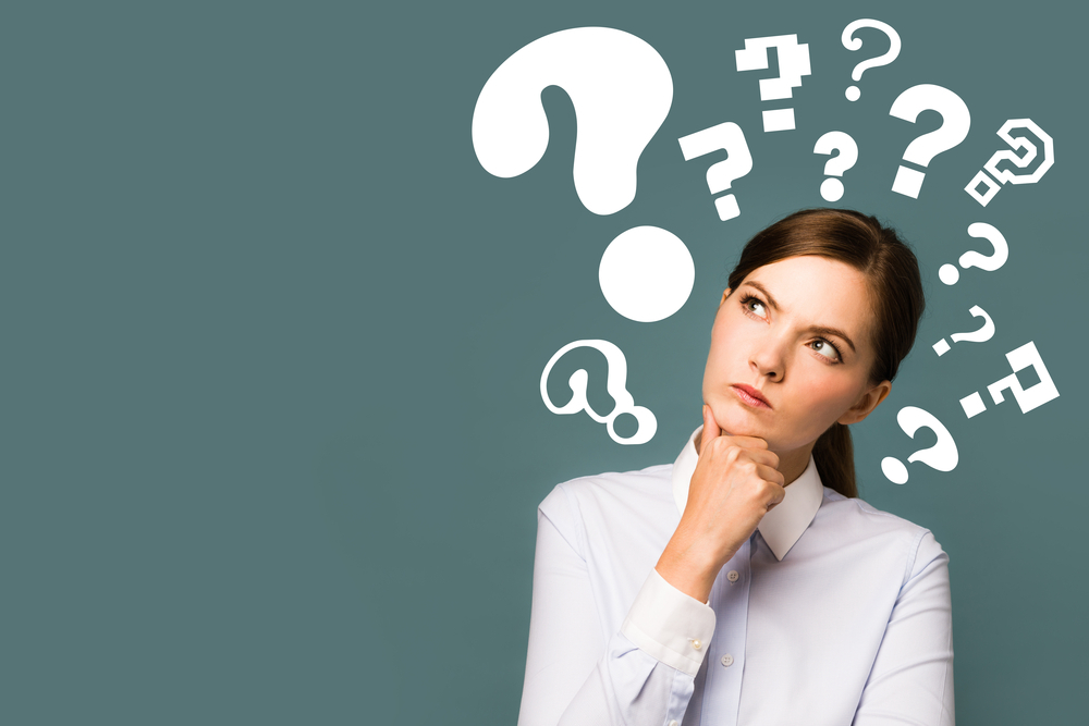 Mulher pensando com expressão pensativa avaliando as franquias baratas e lucrativas em BH