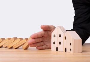 Como montar uma corretora de seguros: mão protegendo uma casa