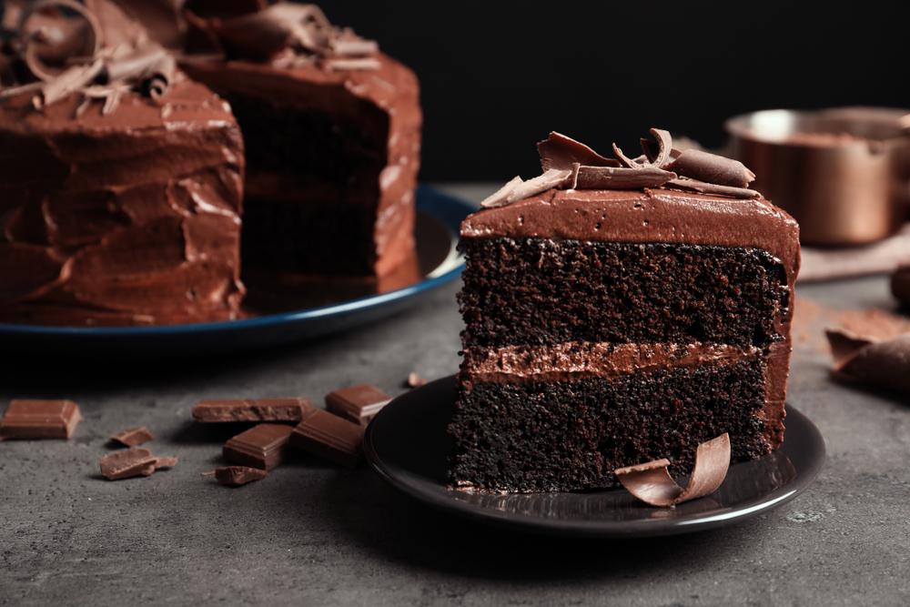 imagem de um bolo de chocolate fateado e recheado