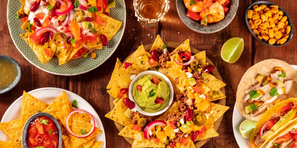 franquias baratas: pratos mexicanos expostos em uma mesa. Taco, camarão e guacuamole.