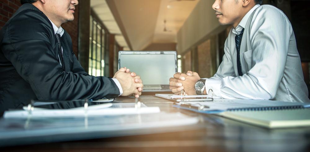 Franquias mais baratas: dois empresário conversando em espaço para reuniões.