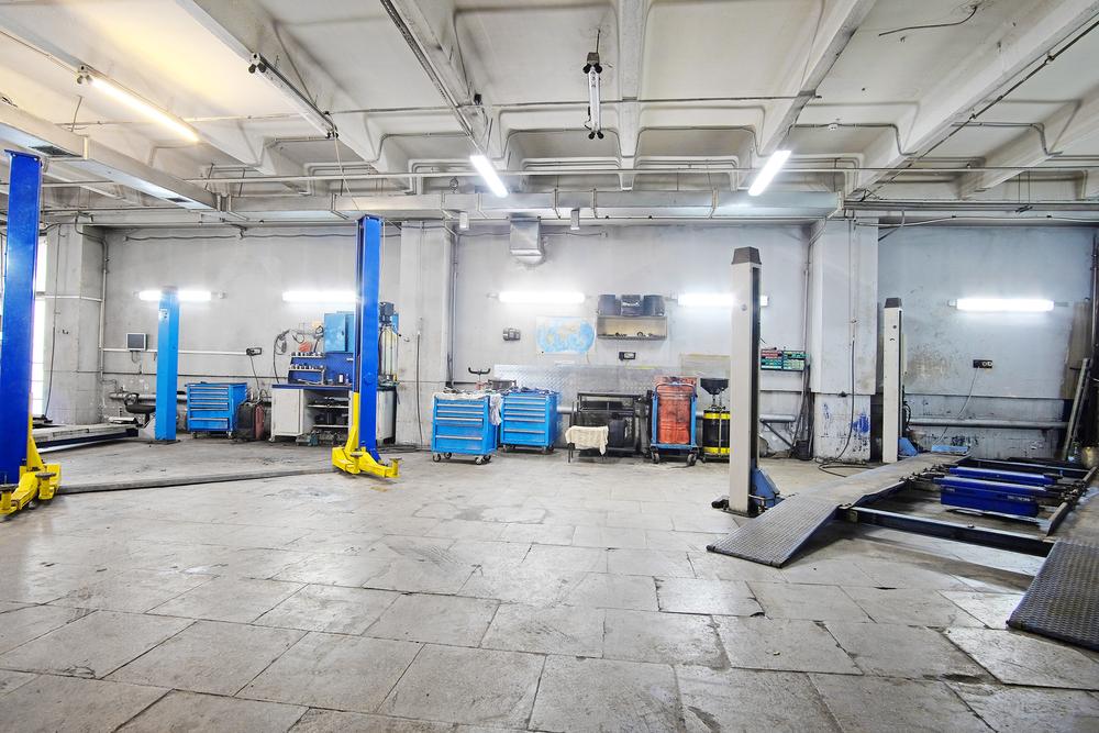 Franquia de oficina mecânica: Imagem panorâmica de uma oficina com elevadores e outros equipamentos