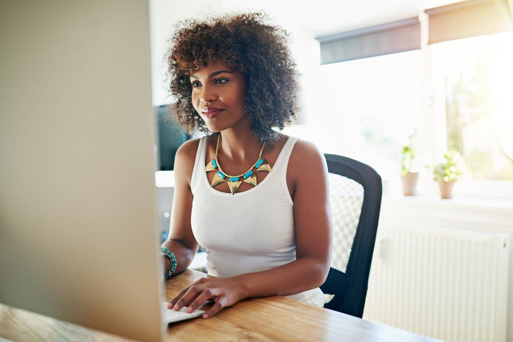 Mulher em frente ao computador em seu escritório particular