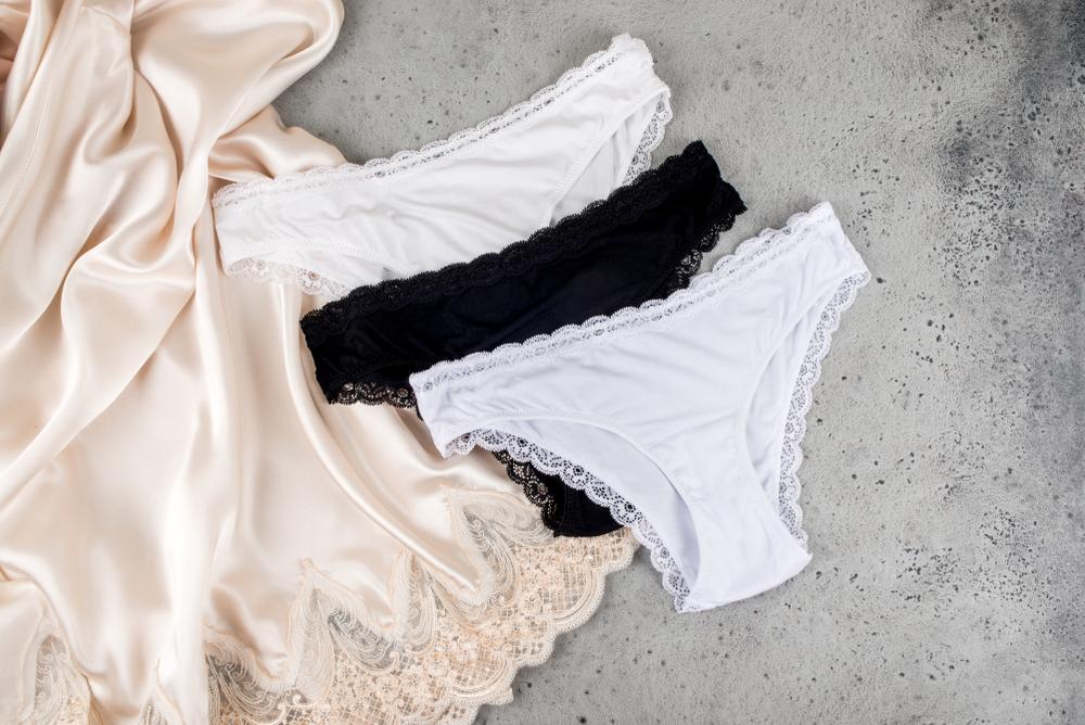 franquia de moda fitness: peças íntimas expostas junto com um pijama
