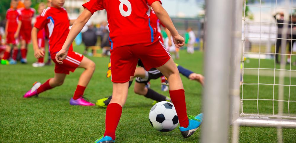 franquias baratas 2021: crianças jogando bola