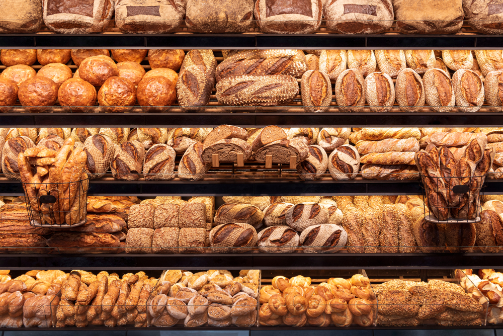Franquias baratas 2021: pães expostos em uma padaria
