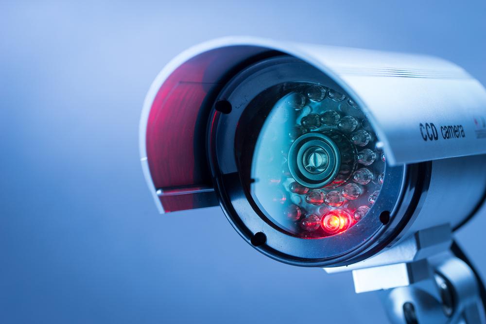 Franquias baratas 2021: câmera de segurança em primeiro plano com fundo colorido