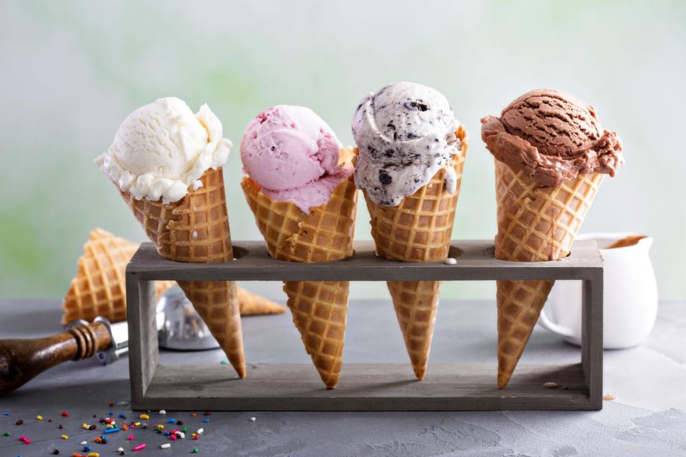 sorvetes expostos em uma forma especial para eles. Creme, morango, flocos e chocolate respectivamente