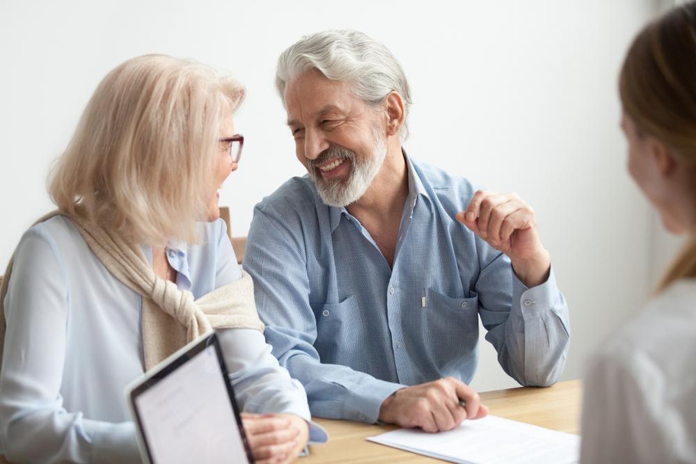 Franquias baratas 2021: casal de idosos conversando com uma mulher e sorrindo um para o outro