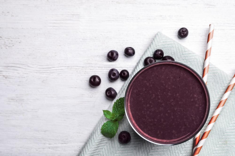 Como abrir uma franquia: imagem de um copo de açaí visto de cima com algumas frutinhas ao fundo